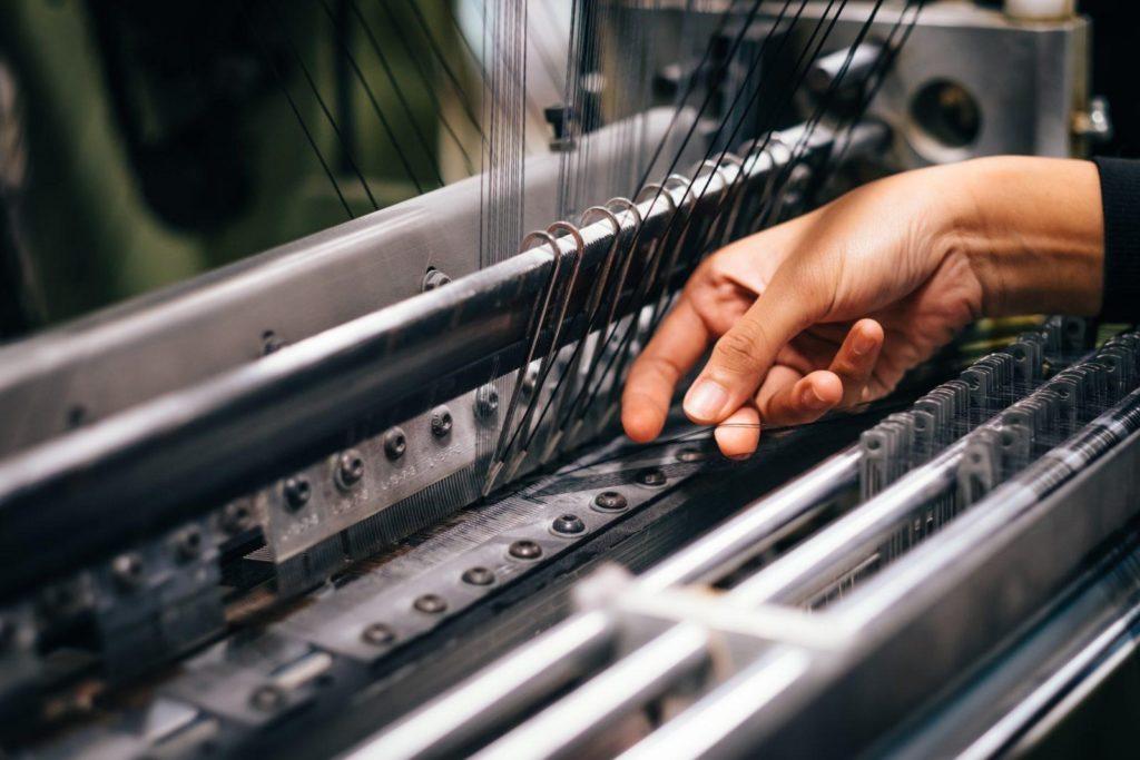 tejer en fabrica de telas